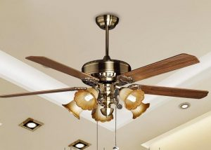 Quạt trần đèn chùm được thiết kế cân bằng rất an toàn và không bị ảnh hưởng nhiệt do chùm đèn phát ra.